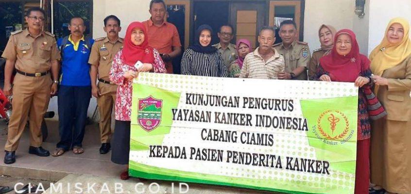 Ny. Kania Herdiat Kunjungi Penderita Kanker di Kelurahan Cigembor
