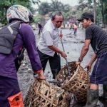 Meluap Ke Jalan, Puluhan Petugas Kebersihan Sigap Bersihkan Sampah